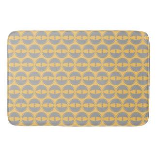 observe le tapis de bain de gris de moutarde