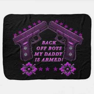 Observez les garçons que le papa est armé avec couvertures pour bébé