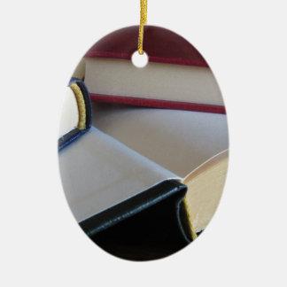 Occasion réserve avec les pages vides sur une ornement ovale en céramique