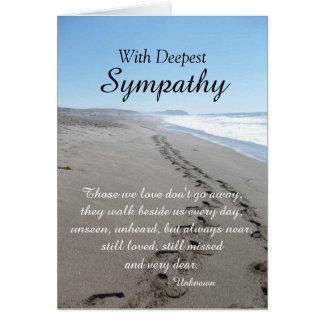 Océan et carte de sympathie d'empreintes de pas