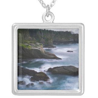 Océan et rivage rocheux de la contrée lointaine 2 collier