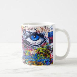 Oeil mauvais de graffiti bleu mug