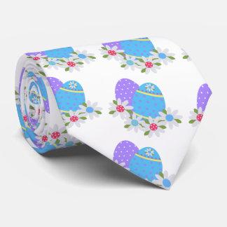 Oeuf de pâques d'amusement avec les oeufs pourpres cravates
