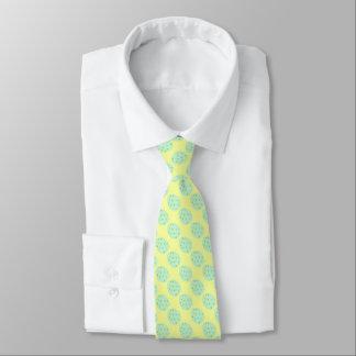 Oeuf de pâques en bon état avec des points et des cravate