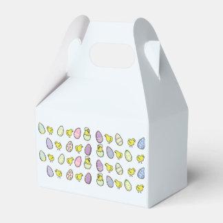Oeufs de pâques et boîte de faveur pliée par boites de faveur