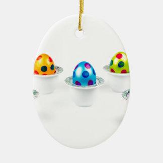 Oeufs de pâques peints se tenant dans des ornement ovale en céramique