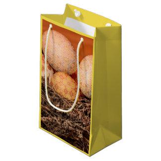 Oeufs de pâques rustiques dans le nid petit sac cadeau