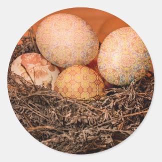 Oeufs de pâques rustiques dans le nid sticker rond