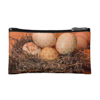 Oeufs de pâques rustiques dans le nid trousses de maquillage