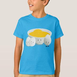 Oeufs et T-shirt d'enfants des jaunes d'oeuf  