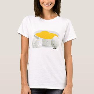 Oeufs et T-shirt des femmes des jaunes d'oeuf  