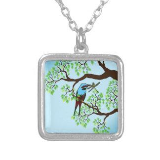 Oiseau bleu en ciel bleu d'arbres collier