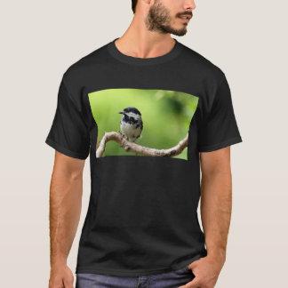 Oiseau de mésange de charbon sur une branche t-shirt