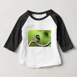 Oiseau de mésange de charbon sur une branche t-shirt pour bébé