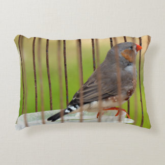 Oiseau de pinson de zèbre dans la cage coussins décoratifs