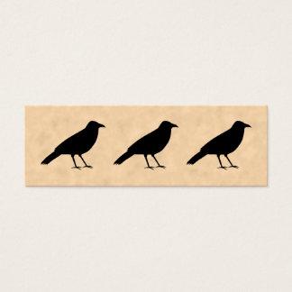 Oiseau noir de corneille sur un modèle de mini carte de visite