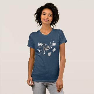 oiseau noir et blanc sur le T-shirt d'arbre de