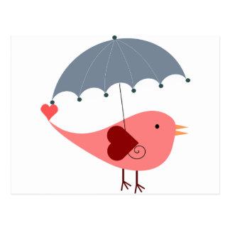 Oiseau rose lunatique mignon tenant le parapluie carte postale