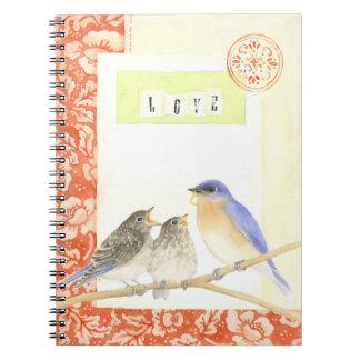 Oiseaux bleus dans le carnet d'aquarelle