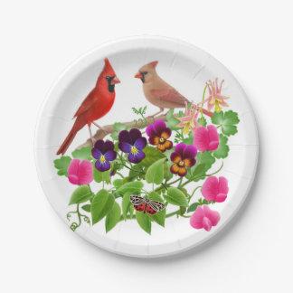 Oiseaux cardinaux du nord dans des plaques à assiettes en papier