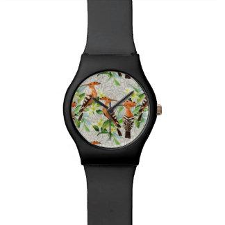 Oiseaux exotiques sur la dentelle montre