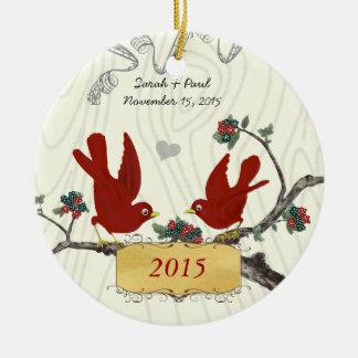 Oiseaux rouges vintages de Noël sur le grain en Ornement Rond En Céramique