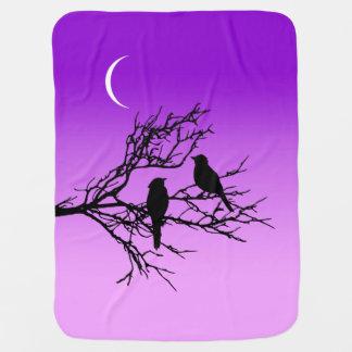 Oiseaux sur une branche, noire contre le pourpre couverture de bébé