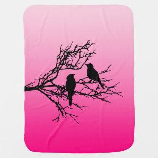Oiseaux sur une branche, noire contre le rose couverture de bébé