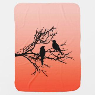 Oiseaux sur une branche, noire contre l'orange de couvertures pour bébé