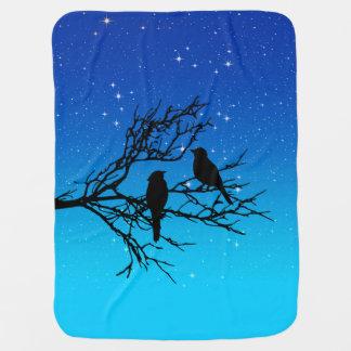 Oiseaux sur une branche, noire contre même le bleu couvertures pour bébé