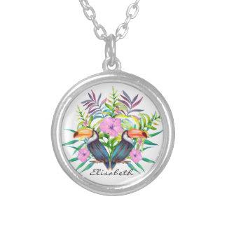 Oiseaux tucan tropicaux et fleurs roses collier