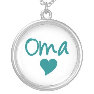 Oma avec le collier de coeur