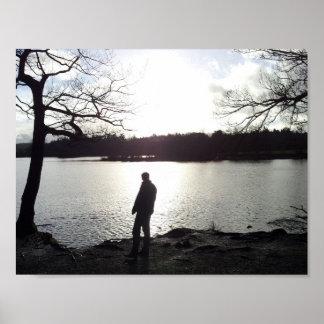 Ombre-man par le lac affiches