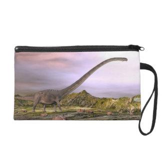 Omeisaurus marchant dans le désert par coucher du dragonne