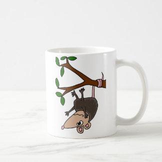 Opossum humoristique balançant de l'arbre mug