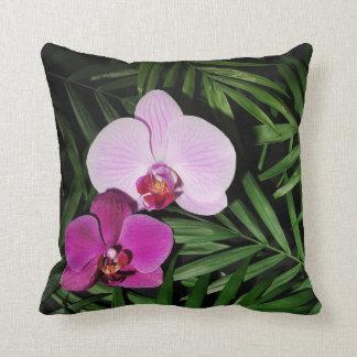 Orchidées avec des palmettes coussin décoratif