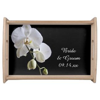 Orchidées blanches sur le mariage noir plateaux repas