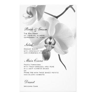 Orchidées noires et blanches épousant le menu