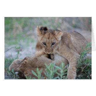 Oreille acérée de mères de petit animal de lion carte de vœux