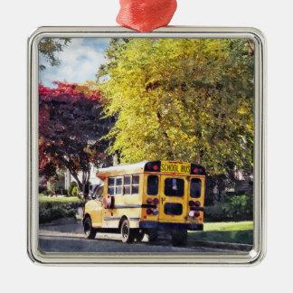 Ornement Carré Argenté Autobus scolaire garé en automne