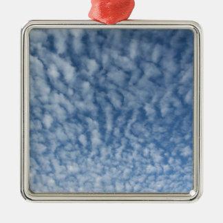 Ornement Carré Argenté Beaucoup de petits nuages mous sur le fond de ciel