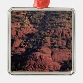 Ornement Carré Argenté bosses et morceaux dans la roche rouge