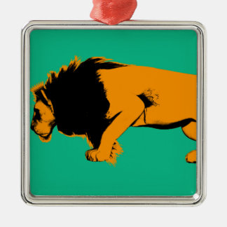 Ornement Carré Argenté Chat contre le lion prêt à combattre ou prendre