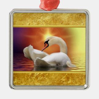 Ornement Carré Argenté Cygne blanc dans un lac avec un coucher du soleil