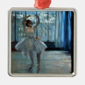 Ornement Carré Argenté Danseur d'Edgar Degas   devant une fenêtre