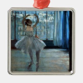 Ornement Carré Argenté Danseur d'Edgar Degas | devant une fenêtre