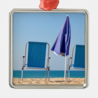 Ornement Carré Argenté Deux chaises et parasols de plage bleus à sea.JPG