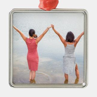 Ornement Carré Argenté Deux femmes heureuses se tenant dans water.JPG