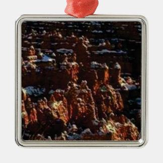 Ornement Carré Argenté falaises de la roche rouge de la neige