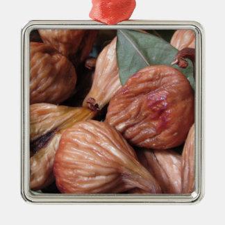 Ornement Carré Argenté Fruits d'automne. Plan rapproché des figues sèches